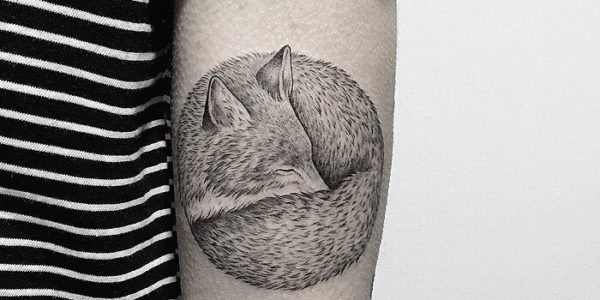 Tatuaże Z Subtelnym Kontrastem Powstają Tylko Z Białego I