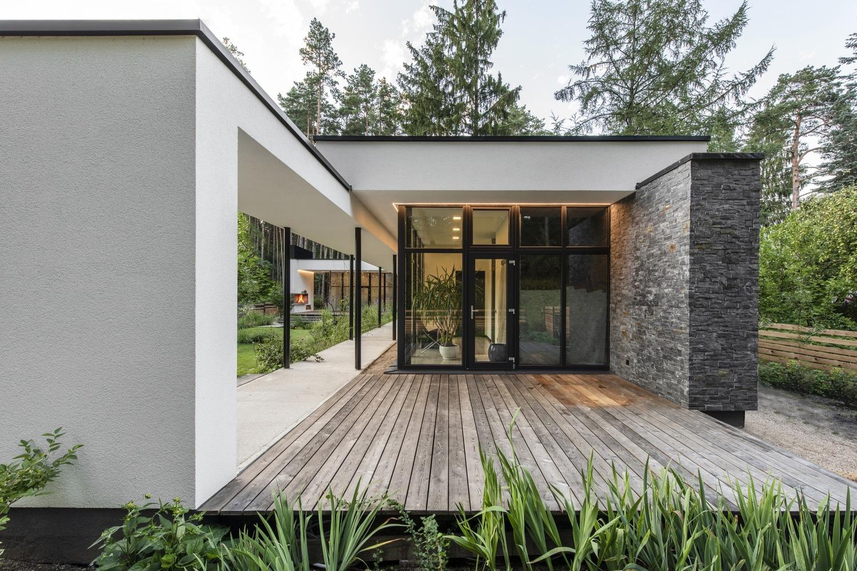 Dom z drzewami w środku