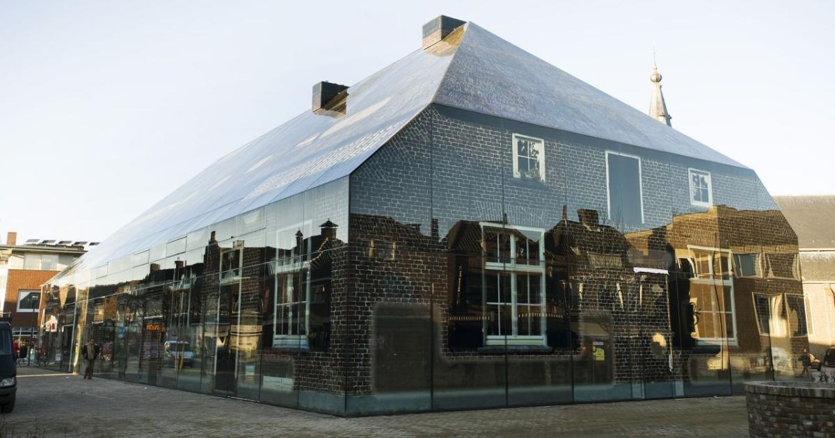 Szklany biurowiec, który wygląda jak wiejska chata. Oto Glass Farm
