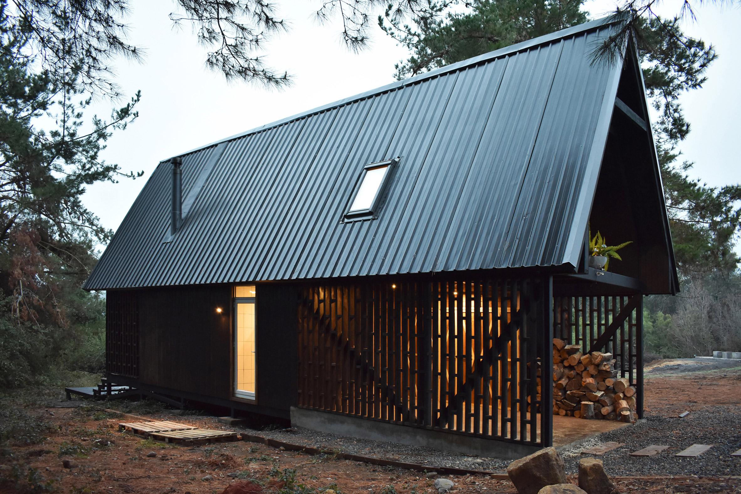 Czarny domek w górach