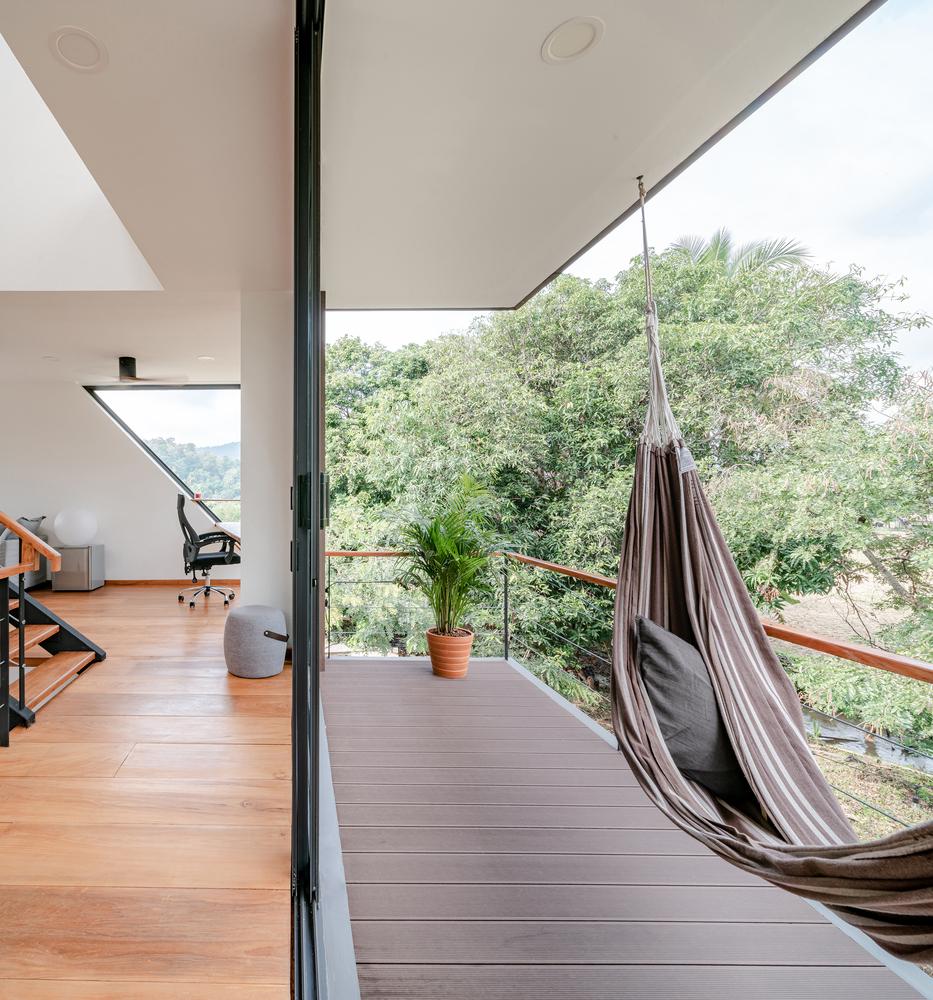 Betonowy dom w dżungli