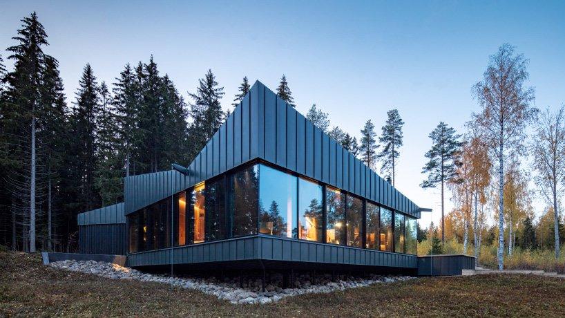 Dom w świerkowym lesie