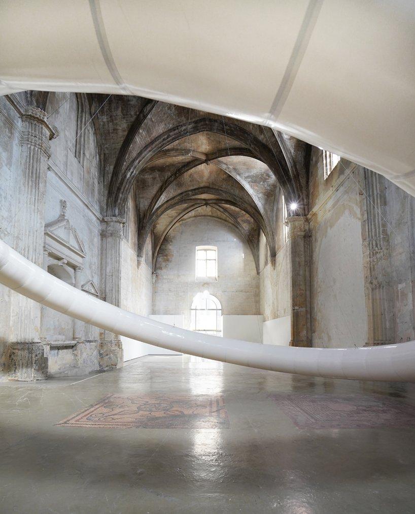 instalacja w XVII-wiecznym kościele