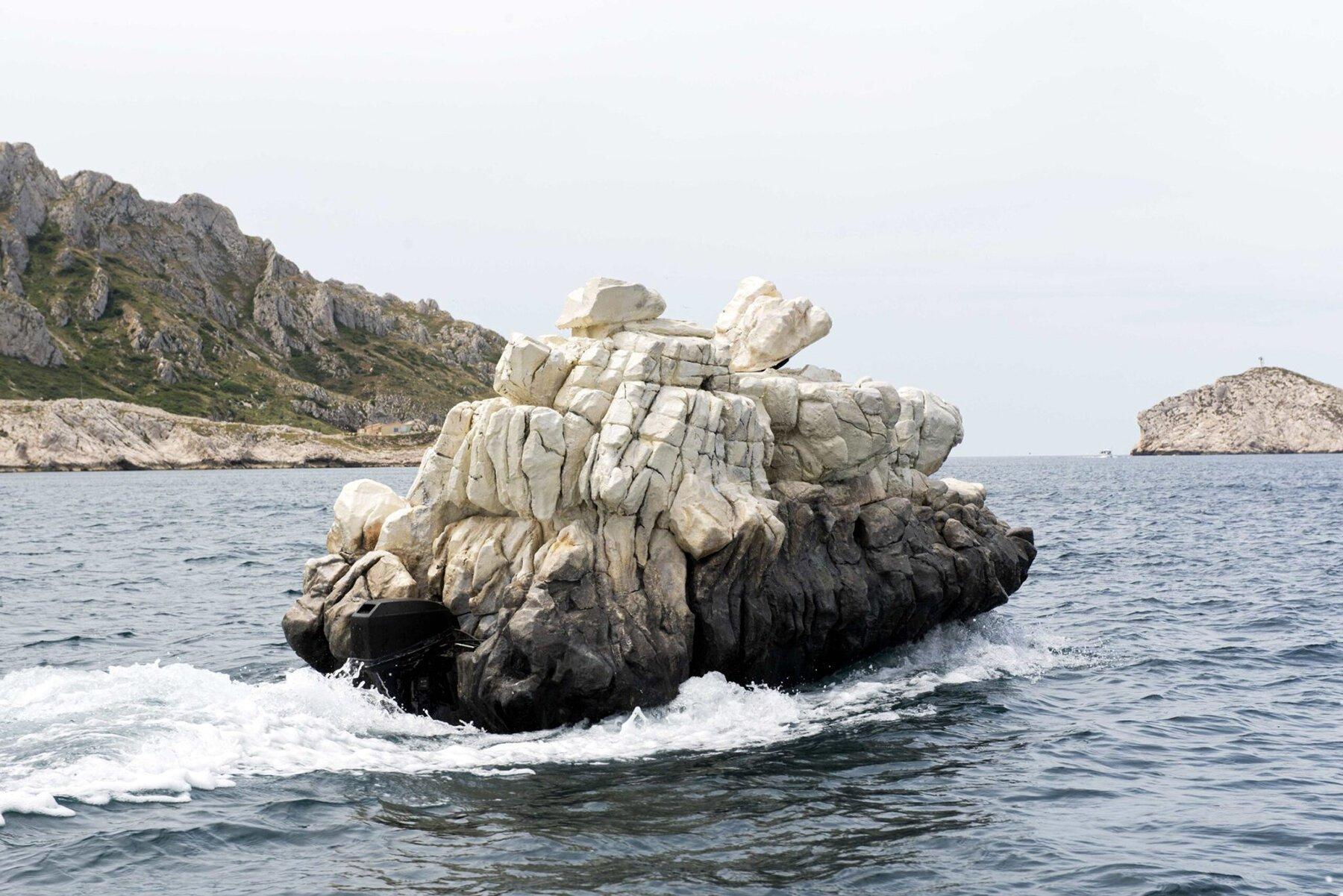 Motorówka, czy skała?