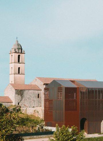 Nowoczesna dobudówka do klasztoru
