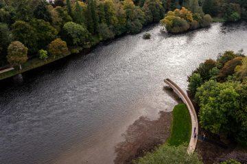 Piękno prostoty. Zakrzywiona kładka nad rzeką zachwyca!