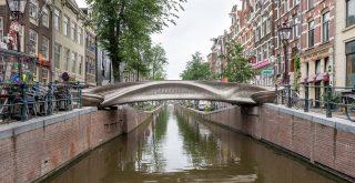 Nowoczesny most wśród historycznych kamienic